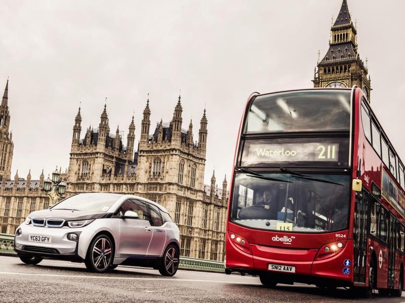 Bild zu Auto und Bus nebeneinander