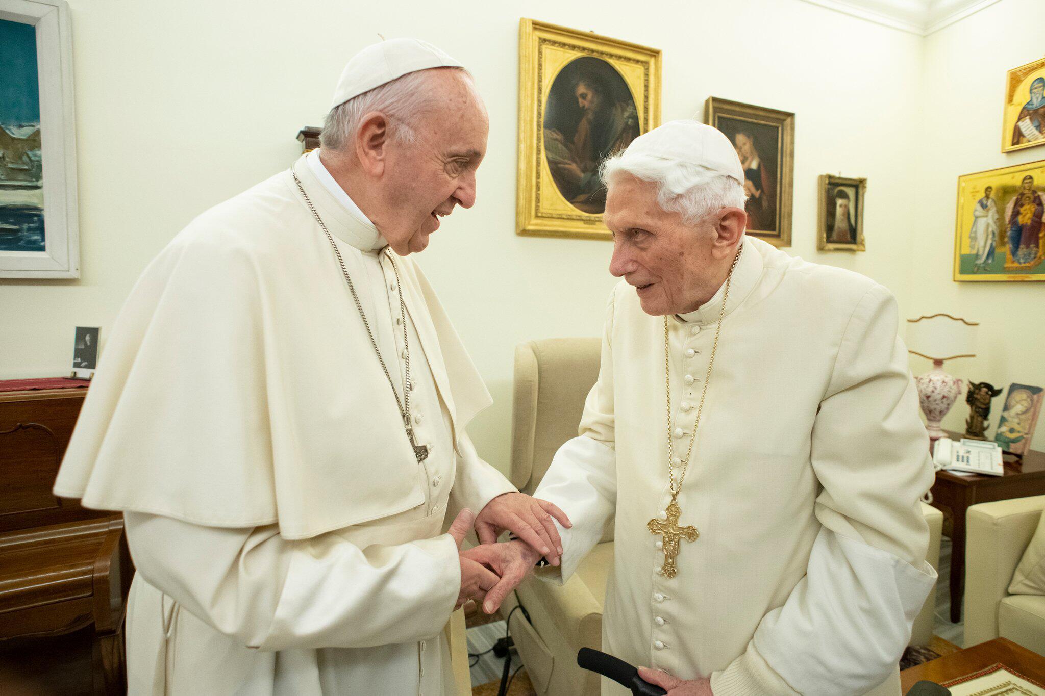 Bild zu Papst Franziskus besucht Ex-Papst Benedikt