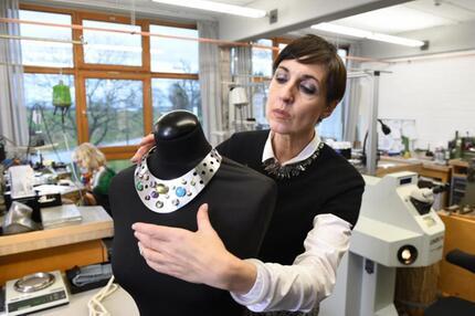 Caroline Schwarz in ihrer Schmuckmanufaktur