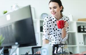 Frau surft im Internet