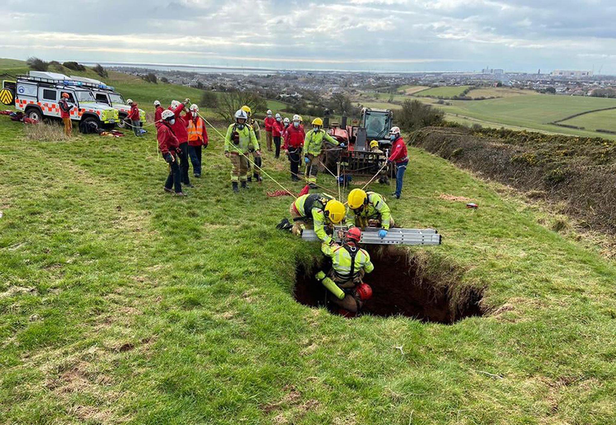 Bild zu Quad-Fahrer in England stürzt in 18 Meter tiefe Bergsenkung