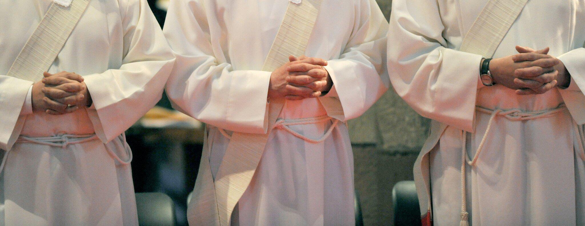 Bild zu Priesteranwärter falten Hände