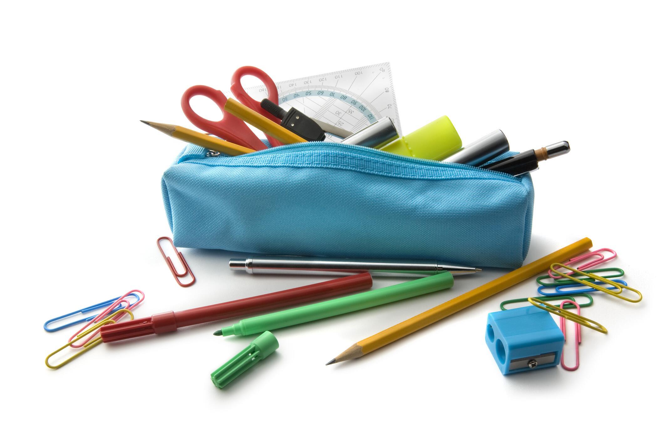 Bild zu Ein blaues Mäppchen vollgepackt mit allerlei Stiften, einer Schere, einem Lineal und andern Sachen.