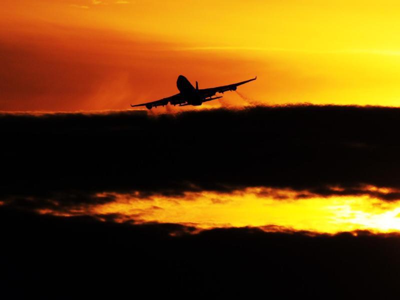 Bild zu Flugzeug startet in den Abendhimmel