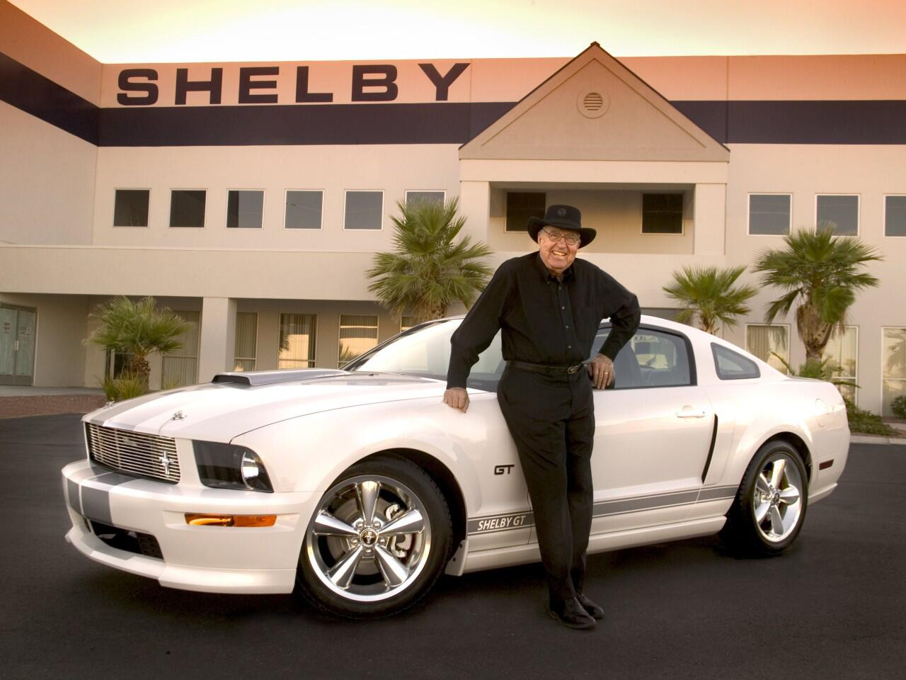 Bild zu Carroll Shelby mit Ford Mustang Shelby GT