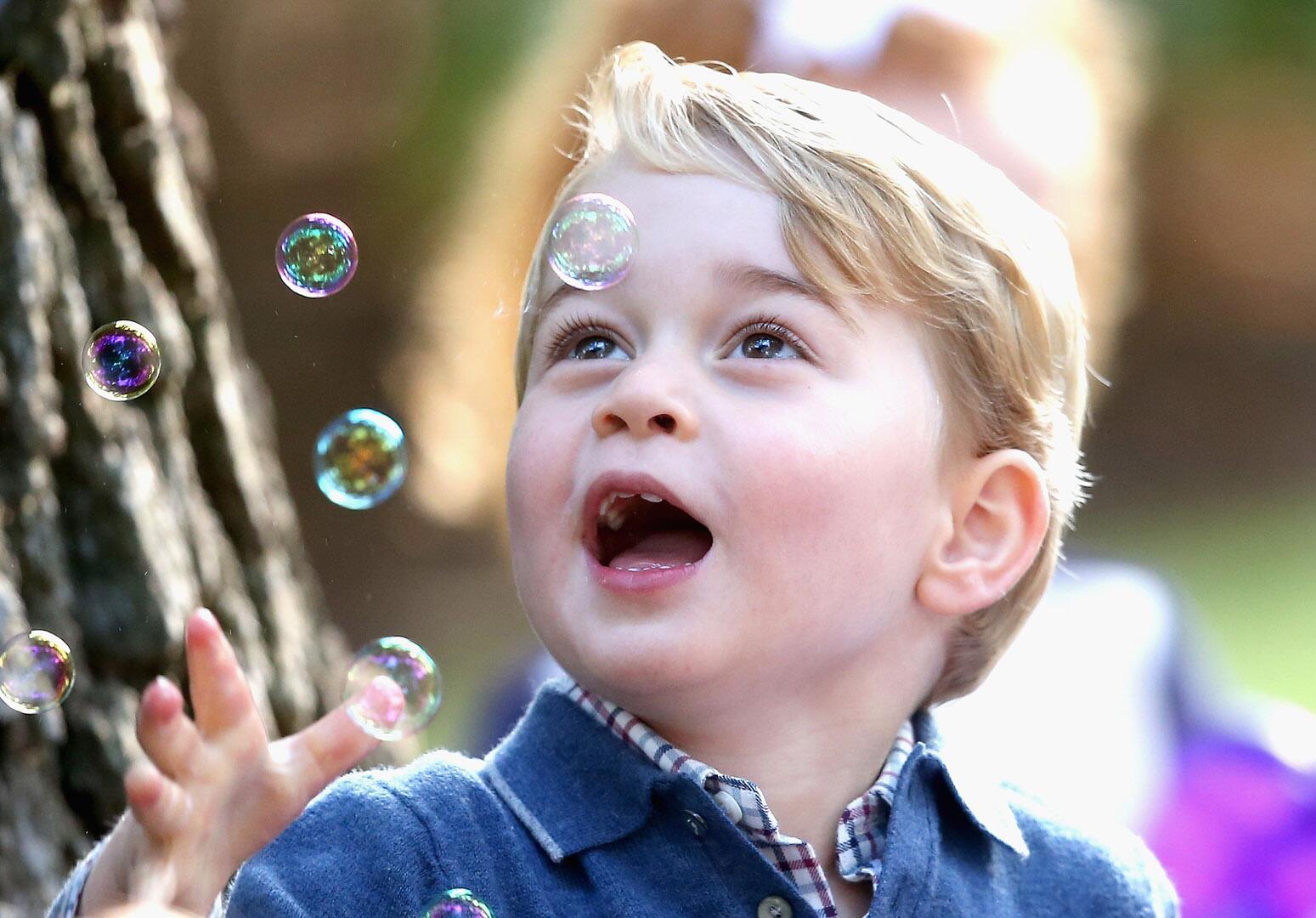 Bild zu Royals, Prinz George, Kinderparty, Seifenblasen