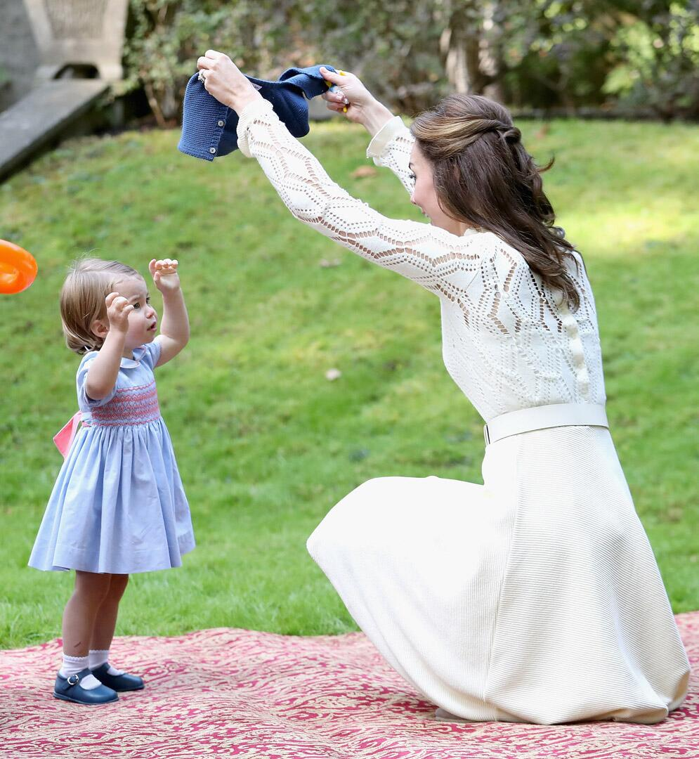 Bild zu Royals, Prinzessin Charlotte, Herzogin Kate, Kinderparty, Strickjacke