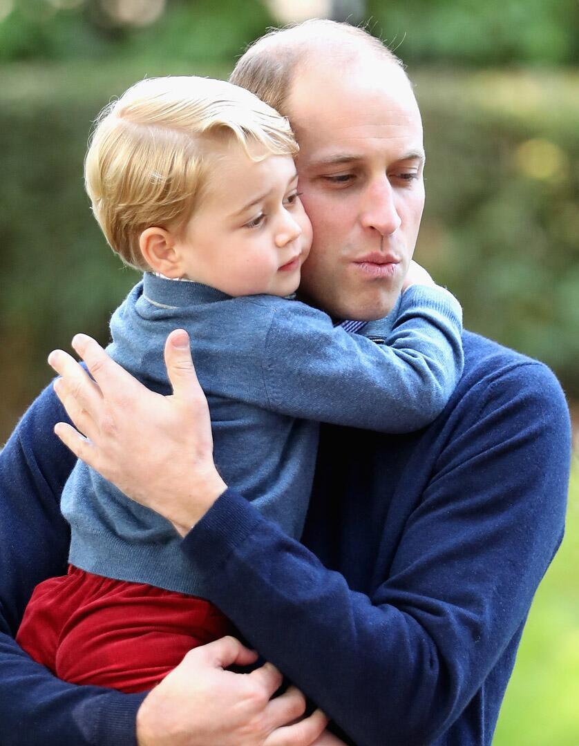 Bild zu Royals, Prinz George, Prinz William, Kinderparty, Umarmung