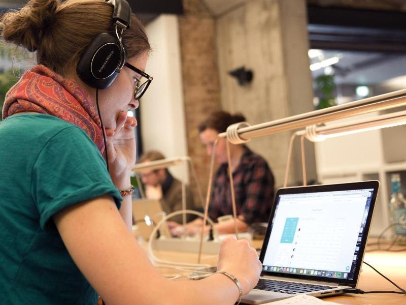 Bild zu Frau arbeitet am PC