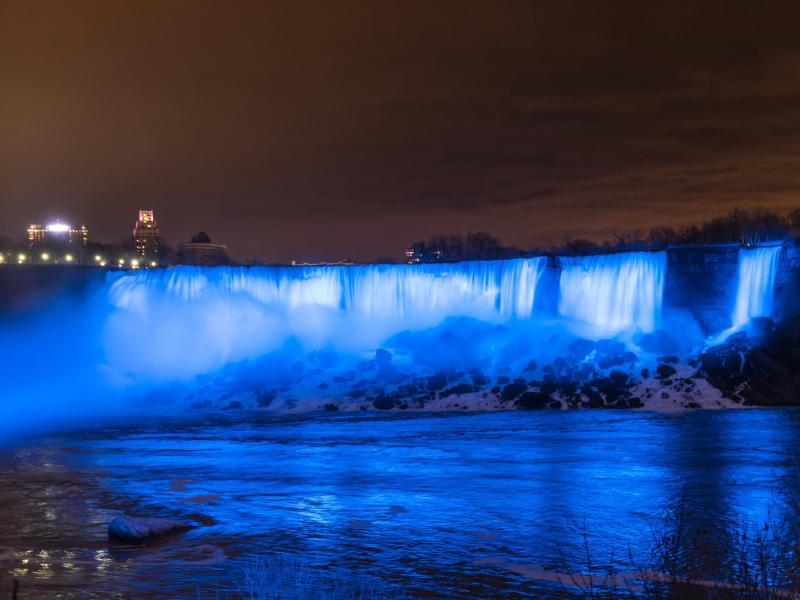 Bild zu Die Niagarafälle leuchten blau