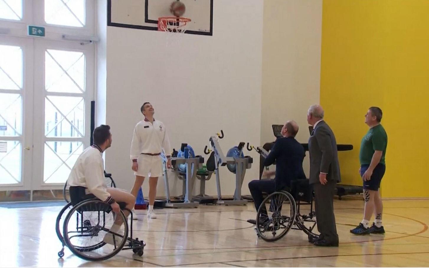 Bild zu Royals, Adel, Prinz Charles, Prinz William, Basketball