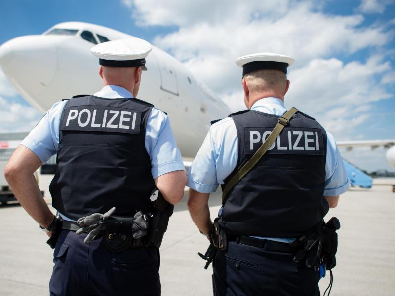 Bild zu Polizisten am Flughafen