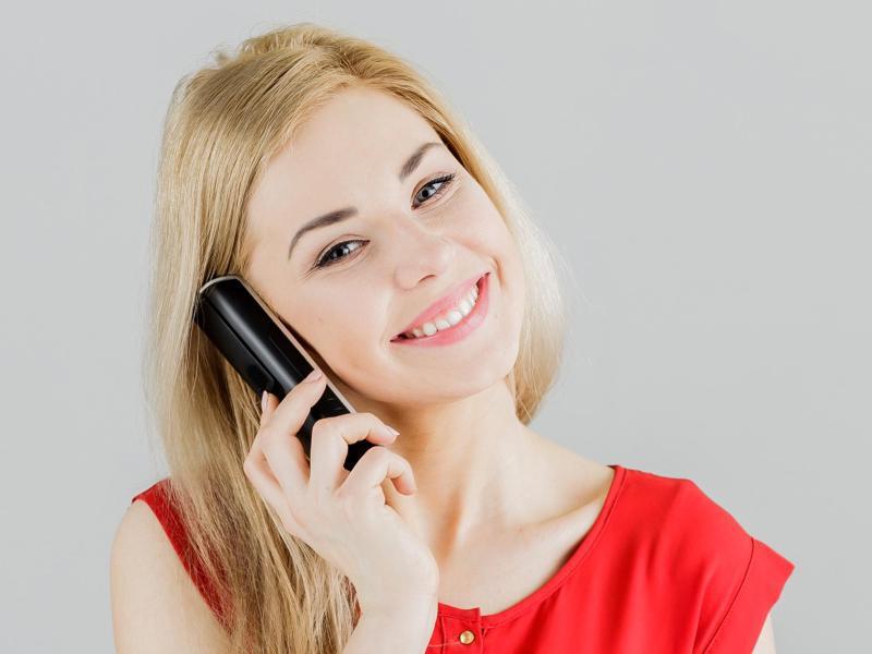 Bild zu Glücklich mit Festnetztelefon