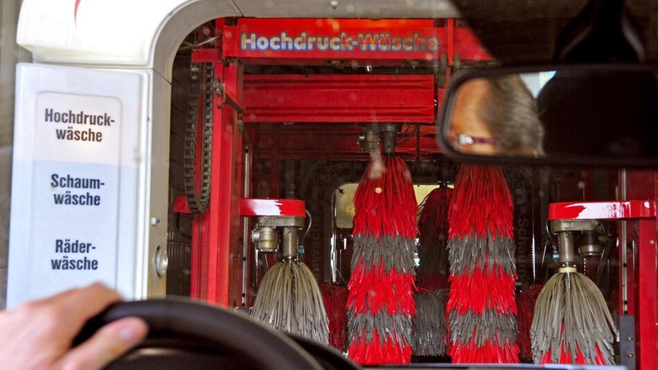 Waschanlage: Oft ist die Waschstraße die günstigere Alternative