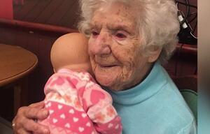 Diese Oma singt ihren Puppen Lieder vor
