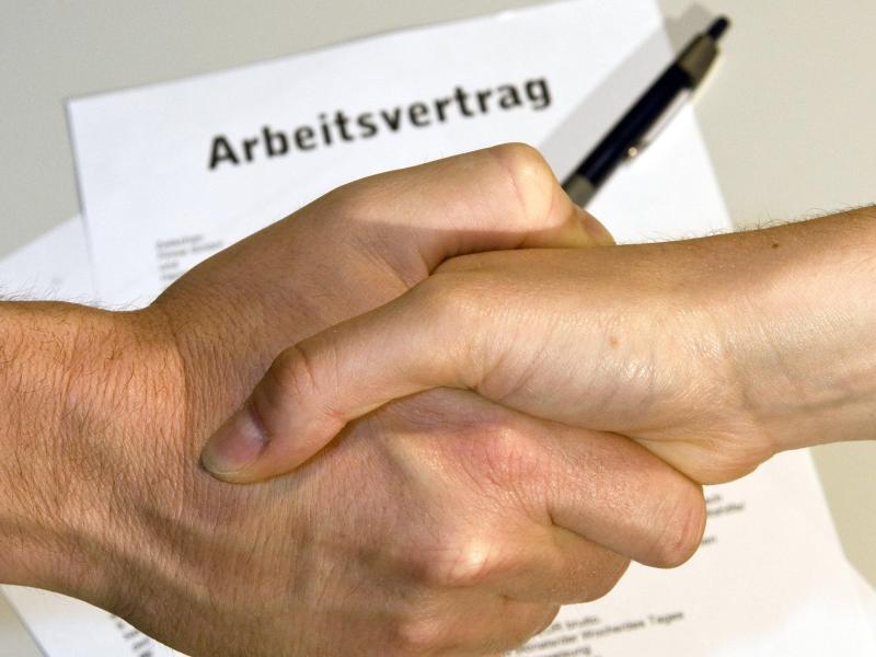 Bild zu Handschlag und Arbeitsvertrag