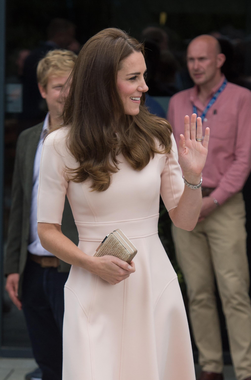 Bild zu Im Sale gekauft? So viel kostet Herzogin Kates Pastell-Kleid
