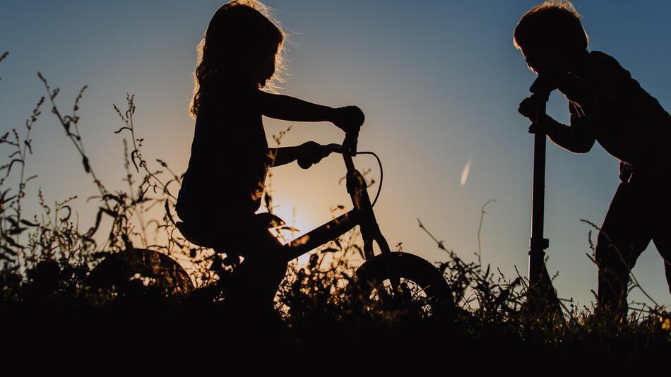 Kinder, Spielzeug, Laufrad, Dreirad, Inlineskates, Mobilität, draußen