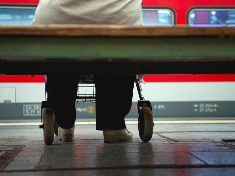 Bild zu Rollatorfahrer am Bahnhof