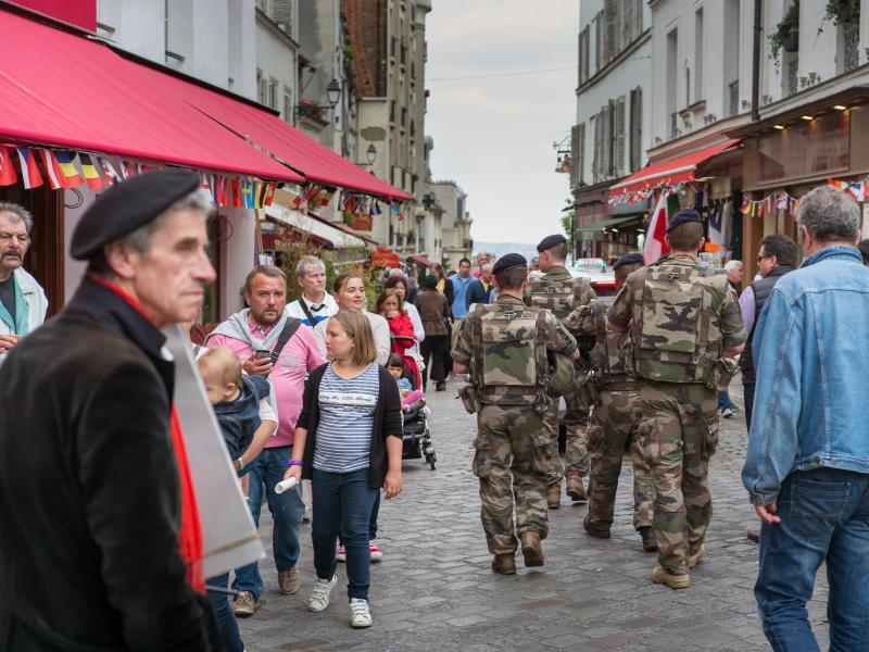 Bild zu Touristen in Paris