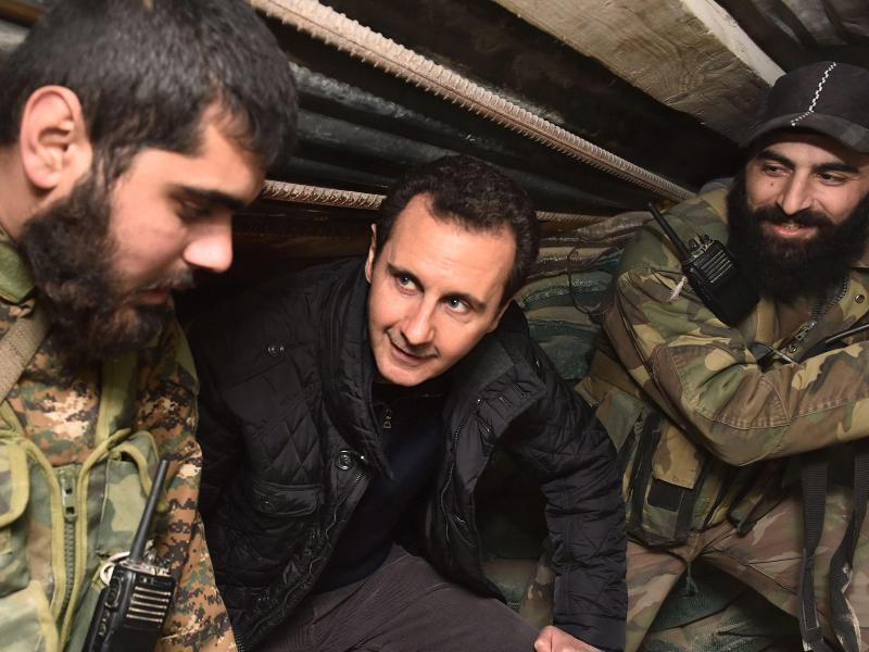 Bild zu Assad und Soldaten