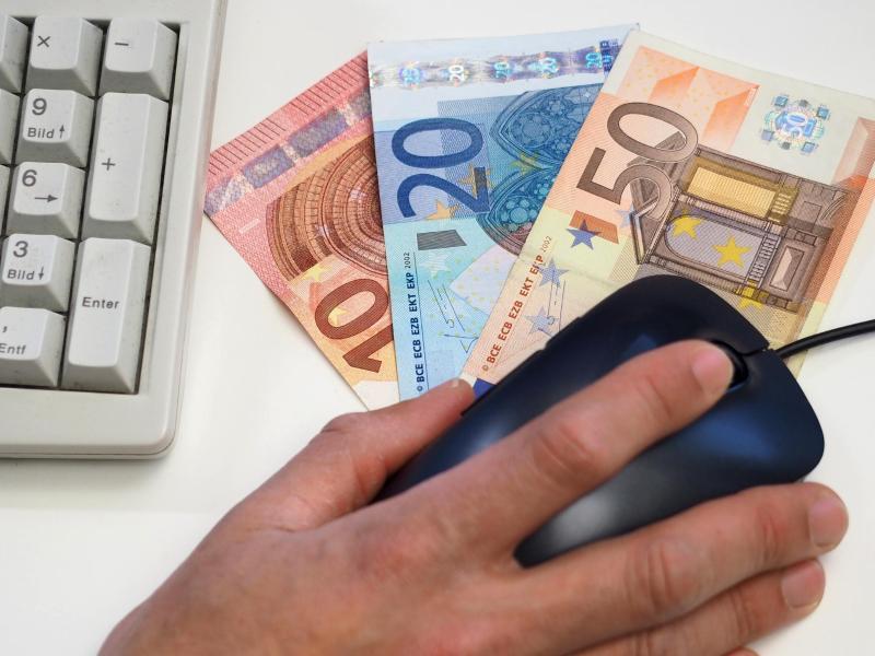 Bild zu Tastatur und Geldscheine