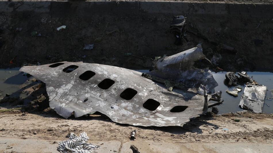 Passagierflugzeug nahe Teheran abgestürzt