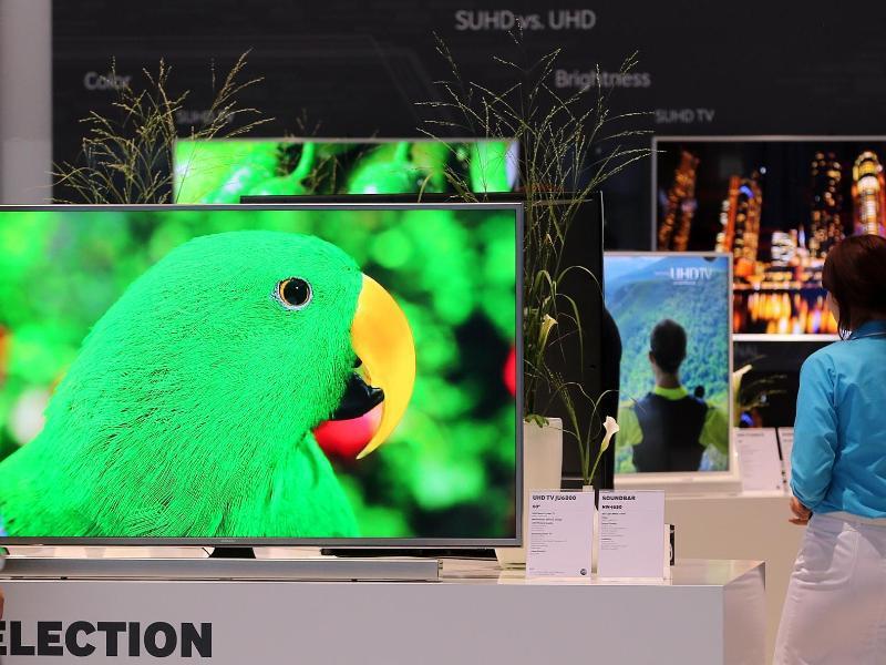 Bild zu Besucher und Fernseher auf der IFA