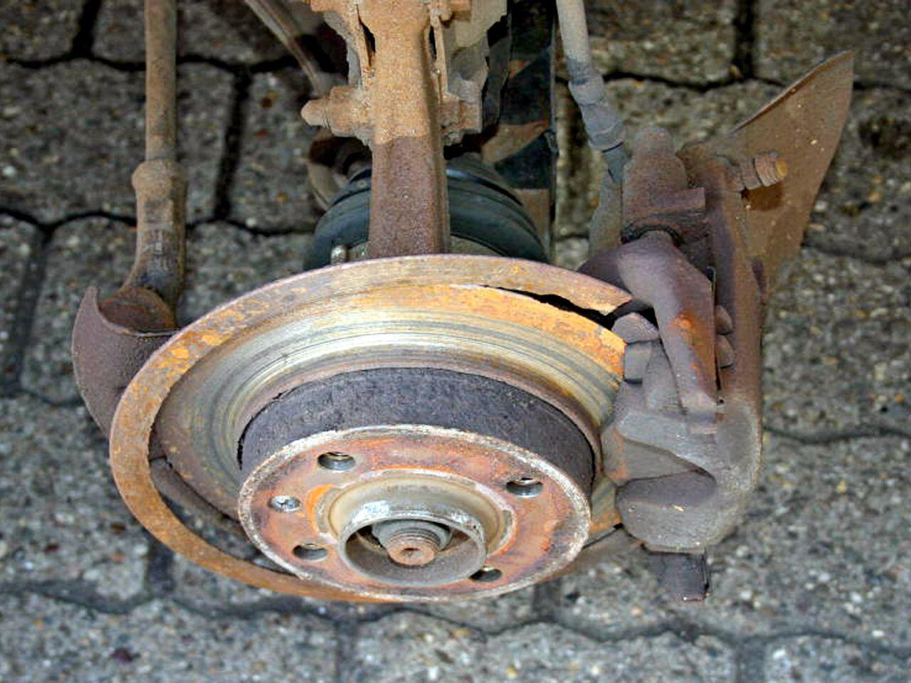 Bild zu Ein Hauch von Bremsscheibe: Der Fahrer hatte wohl einen Schutzengel
