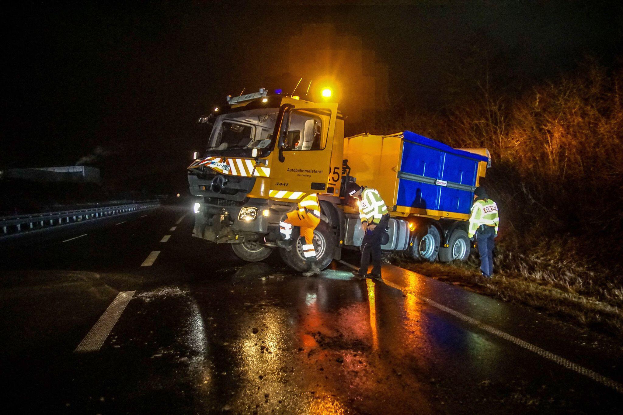 Bild zu Räumfahrzeug rutscht bei Glatteis in Straßengraben
