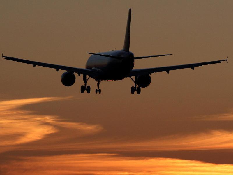 Bild zu Flugzeug am Abendhimmel