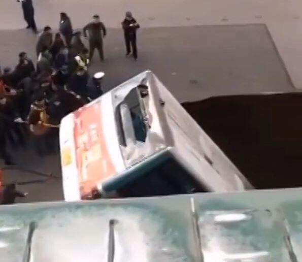 Bild zu Bus stürzt ab und explodiert