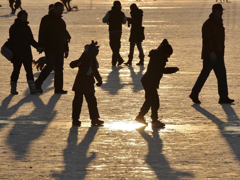 Bild zu Menschen auf der Eisfläche