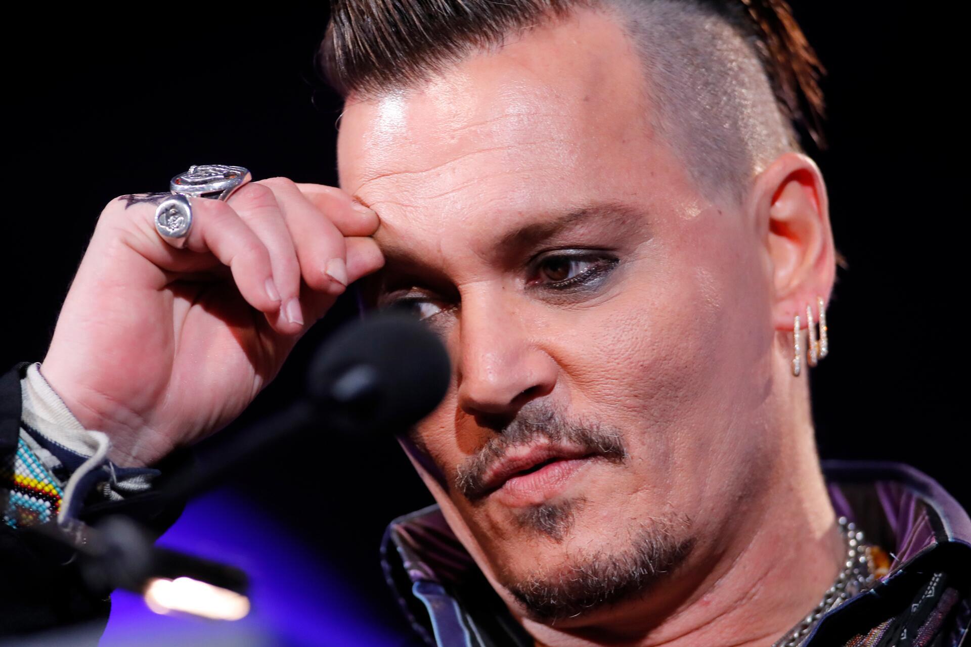 Bild zu Johnny Depp, Finger, Spiegel