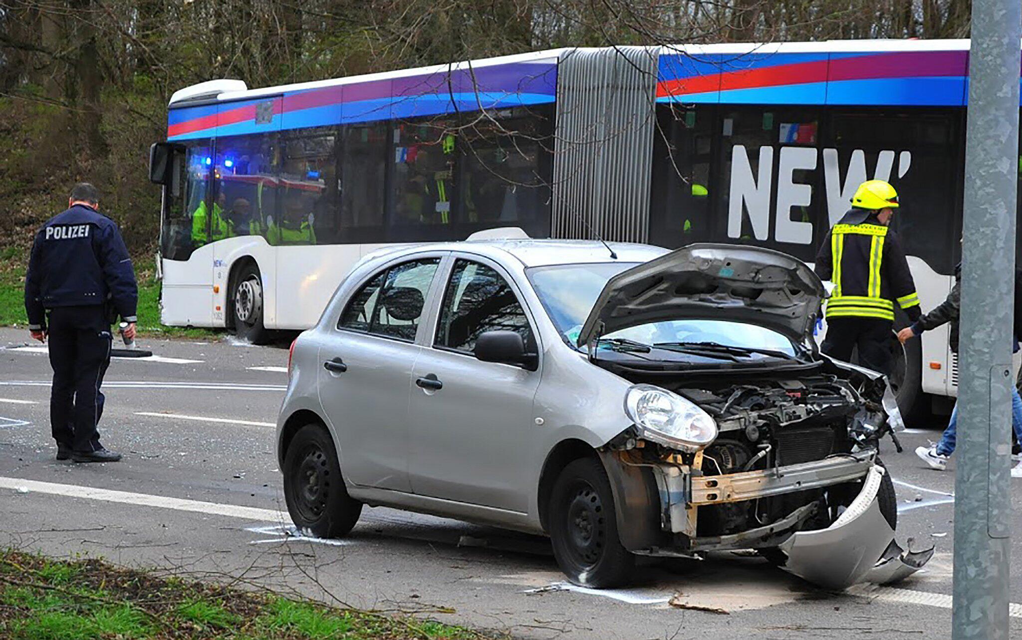 Bild zu Bus-Unfall
