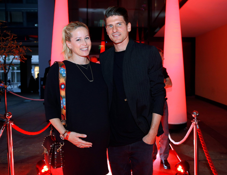 Bild zu Mario Gomez hat bereits ein zwei Jahre altes Kind mit seiner Frau Carina.