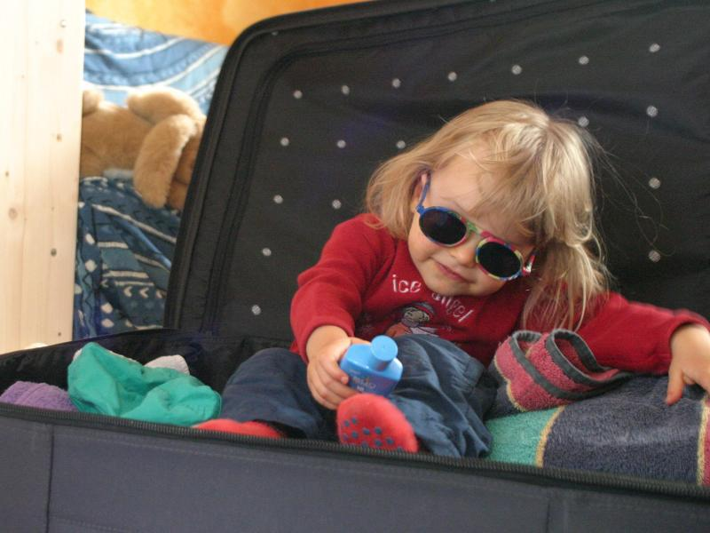 Bild zu Kind im Reisekoffer