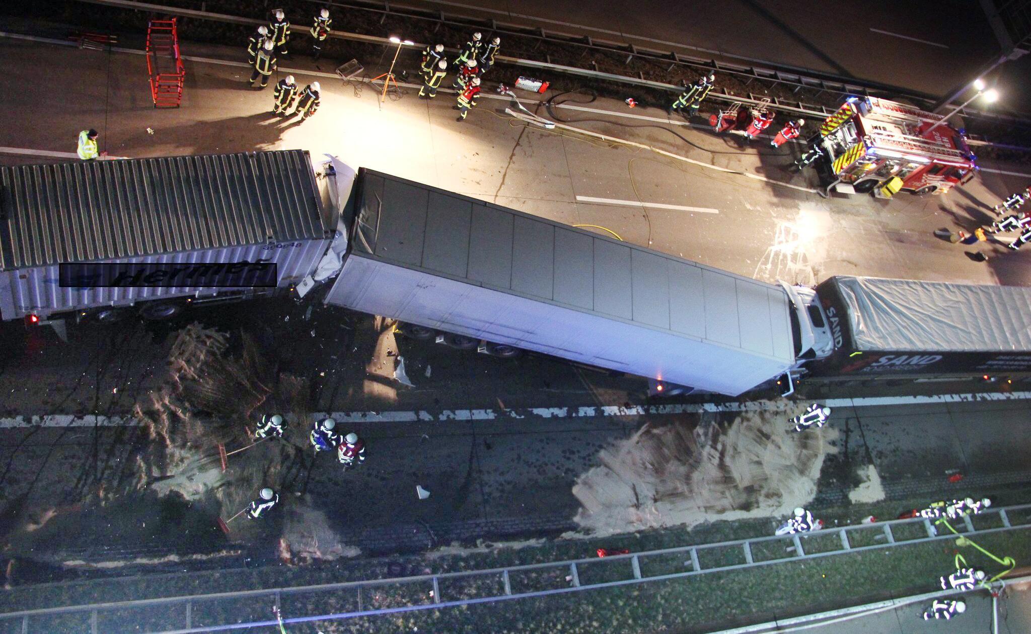 Bild zu Vier Lastwagen krachen auf A1 ineinander