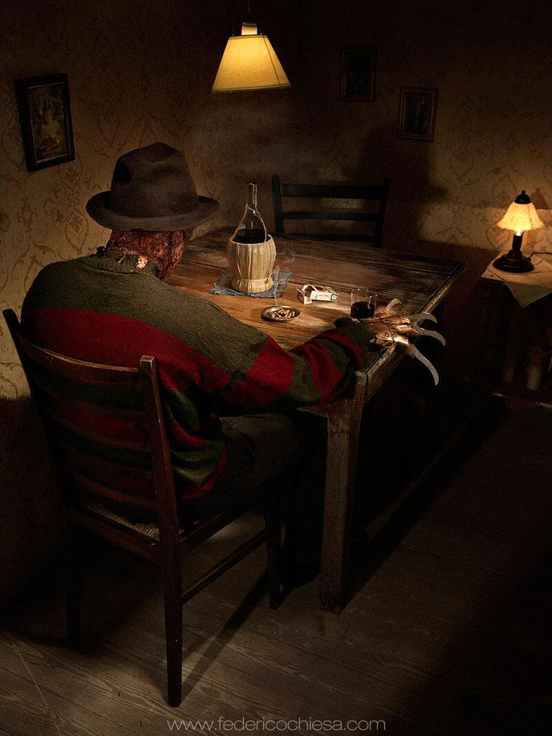 Bild zu Freddy Krüger als einsamer Trinker