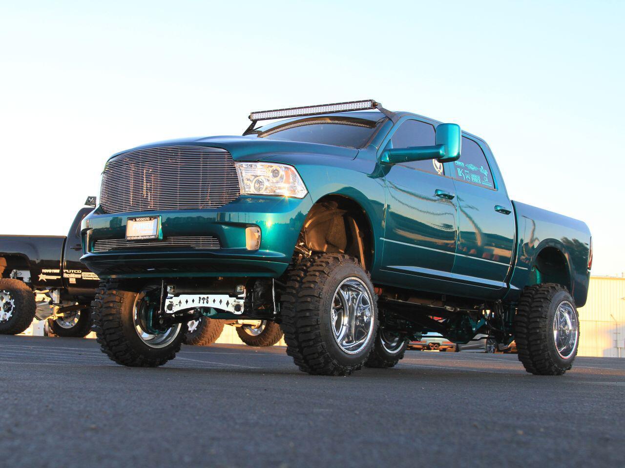 Bild zu Dodge 1500 von Full Throttle Suspension: Der hebt bei Bedarf richtig ab