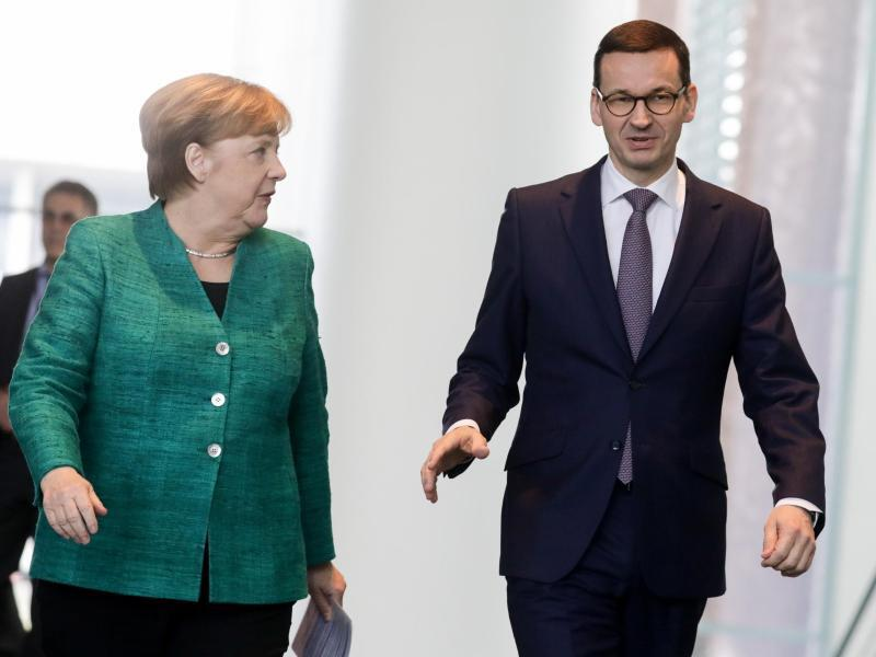 Bild zu Morawiecki und Merkel