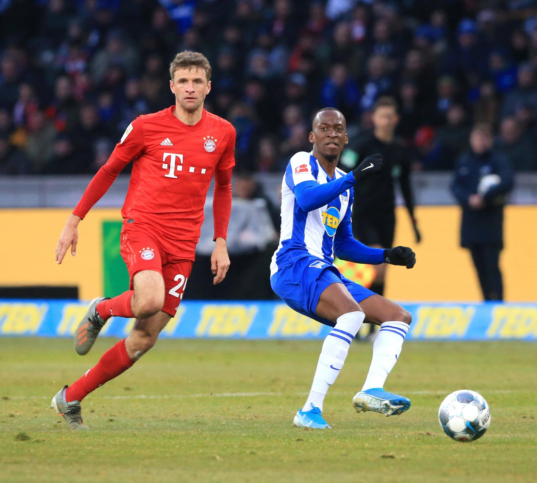 Bild zu Im Januar trafen die Berliner zuletzt auf den FC Bayern um Thomas Müller (l.).