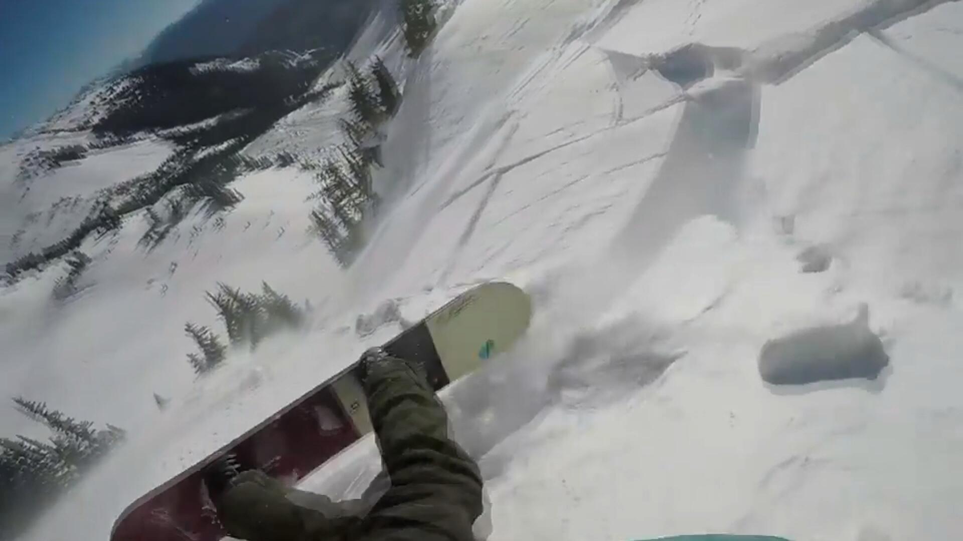 Bild zu Snowboarder trickst Lawine aus
