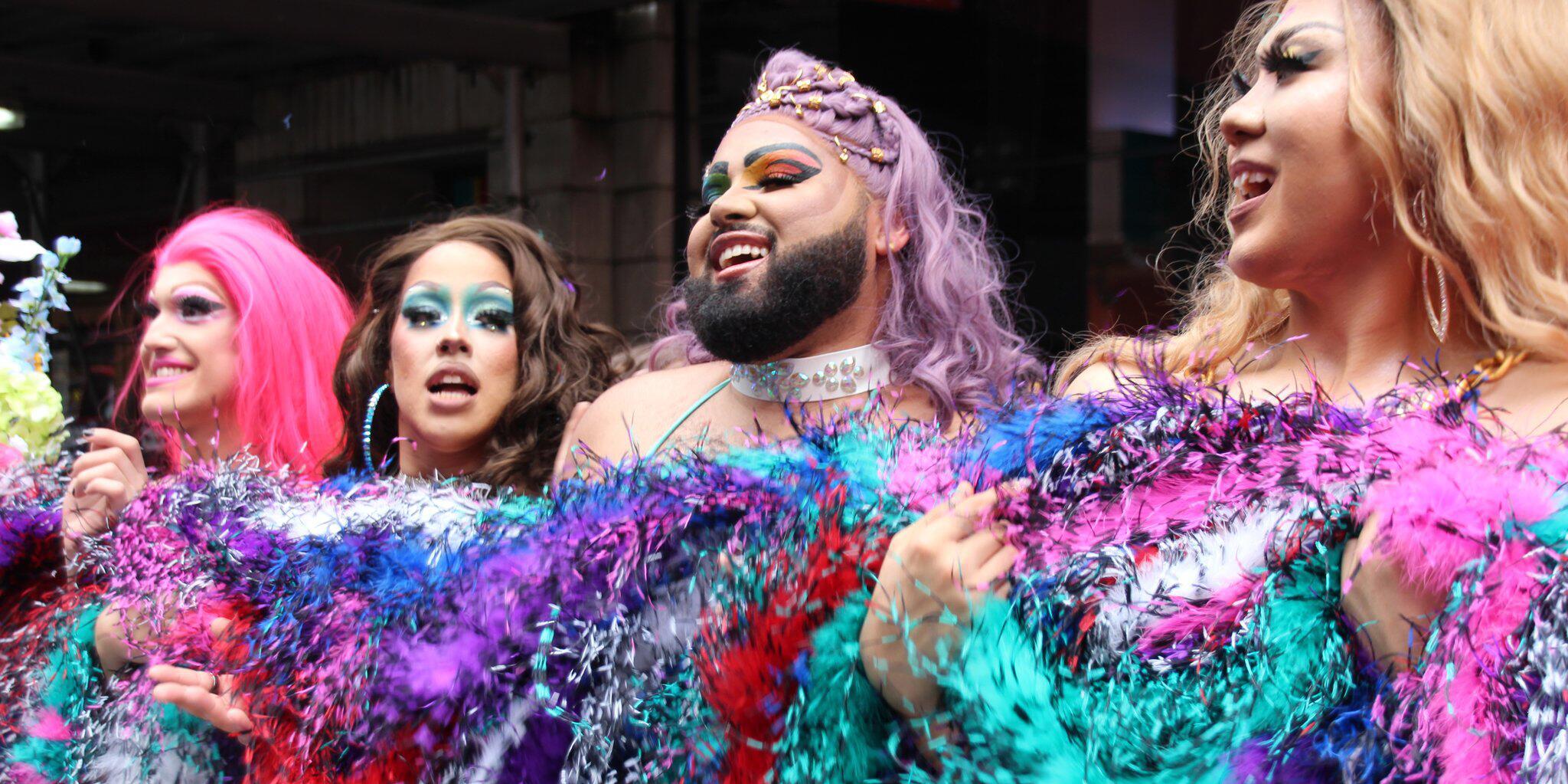 Bild zu Längste regenbogenfarbene Federboa in New York enthüllt