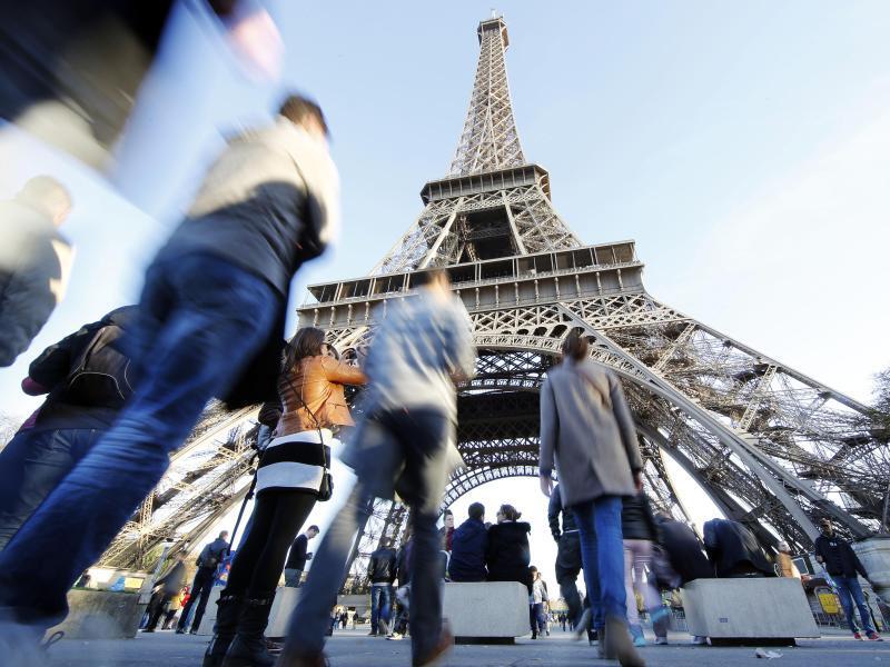 Bild zu Touristen am Eiffelturm in Paris