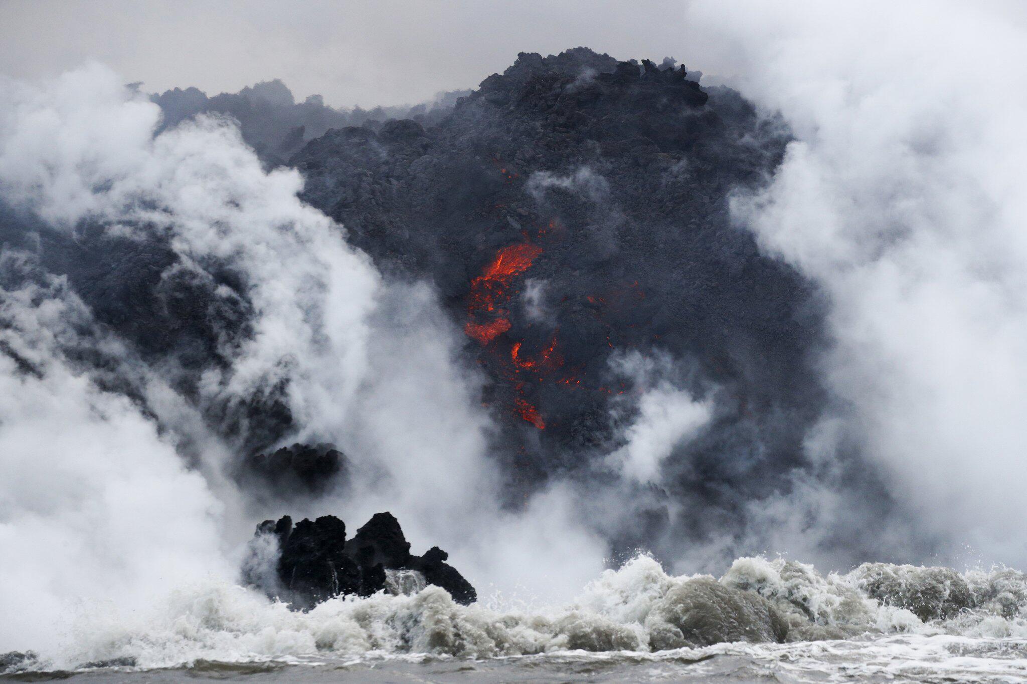 Bild zu Tourboot auf Hawaii von Lava getroffen