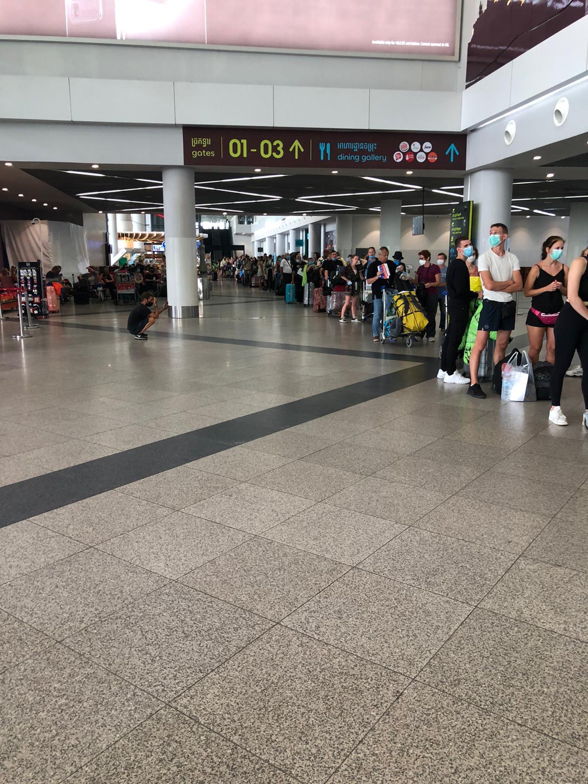 Bild zu Marina am Flughafen. Endlich geht es für sie zurück nach Deutschland.