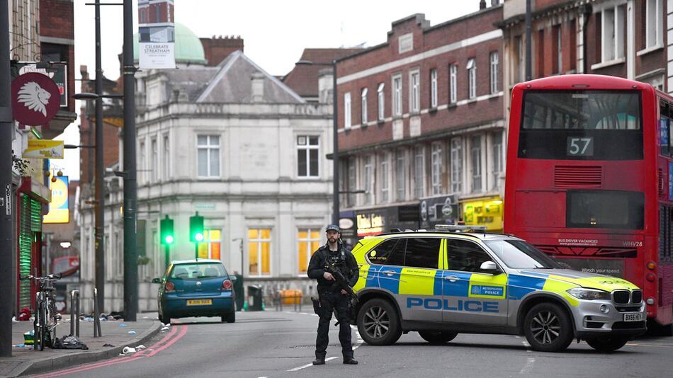 Mann sticht in London Passanten nieder