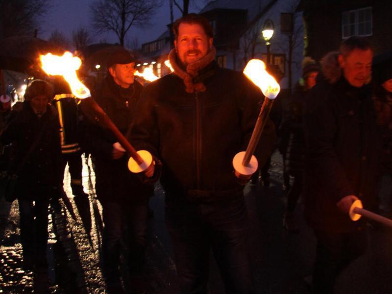 Bild zu Fackeln kommen ins Feuer