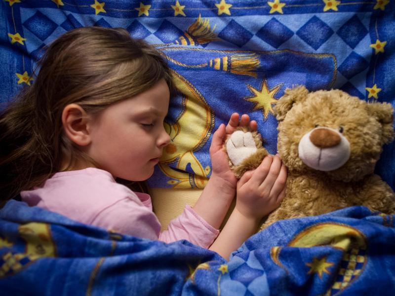 Bild zu Kind im Bett